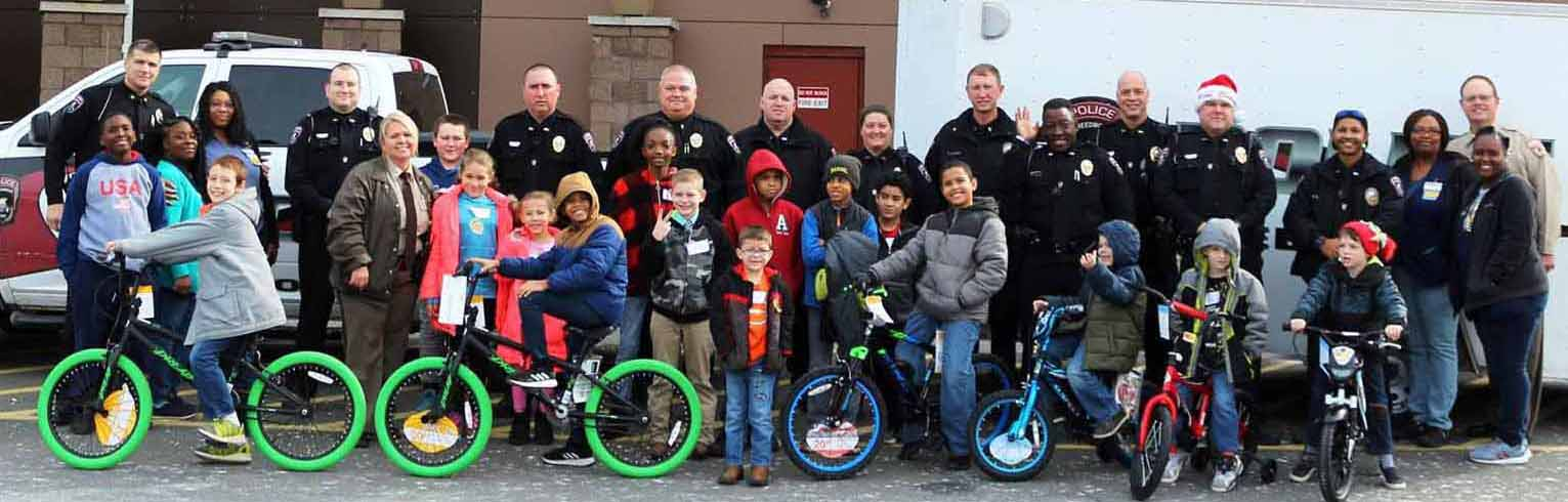 Shop with a Cop Officers and Children after shopping